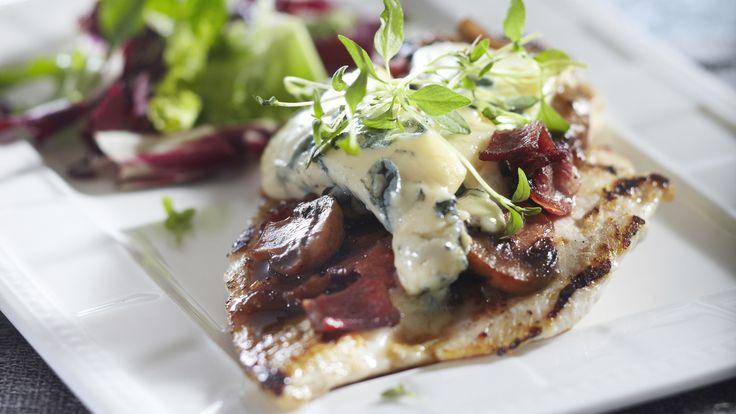 Kokoa sieni-sinihomejuustobroilerit ja kermaperunat kauniiksi annoksiksi ja tarjoa vaikka illalliseksi salaatin kanssa.