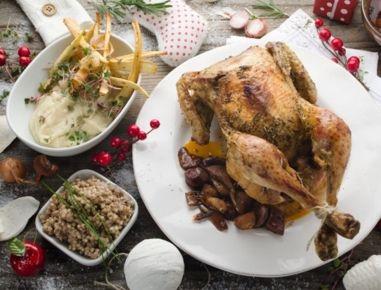 Für die Weihnachtspute mit zweierlei Pastinake und Buchweizen zunächst Pute mit Salz, Pfeffer, Majoran und Rosmarin würzen. In einem Bräter mit