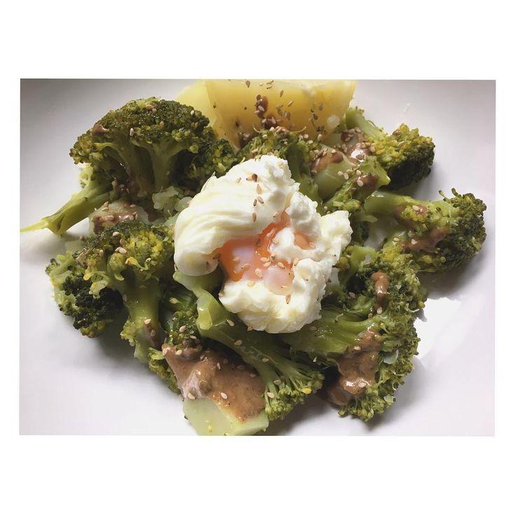 Poco tiempo en la cocina y un resultado exquisito!!! 〰Brócoli con patata cocida, huevo escalfado y toque de tahin y semillas de sésamo😋 #comesano #comesanoydisfruta #healthy #healthyfood #sano #saludable #diet #dietitian #dietista #nutricionista #verdurasyhortalizas #instafood #instagood #instapic #instafollow #instagramer #ourense #adriananutricion