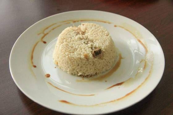 Nasi hainam sederhana ala ibu adalah masakan khas spesial ibu saya manakala dia kehabisan ide untuk memasak, biasanya dimasak di hari Minggu. Namun meskipun Nasi Hainam ini terlihat sederhana, bagi saya masakan ini selalu spesial karena rasa gurih dari nasi Hainam begitu kental dan terasa. Cara memasak Nasi Hainam ini sangat sederhana, dengan menggunakan Rice Cooker kita sudah bisa memasak masakan
