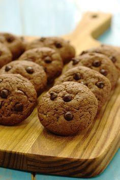 Cookies de manteiga de amendoim com pepitas de chocolate