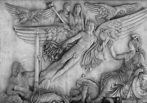 Base de la Colonne d'Antonin le Pieux, L'apothéose de l'empereur Antonin le Pieux (en haut), accompagné de sa femme Faustine. Marbre, 161, Champ de Mars