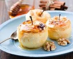 Pommes farcies à la crème, au miel et amaretto : http://www.cuisineaz.com/recettes/pommes-farcies-a-la-creme-au-miel-et-amaretto-69490.aspx