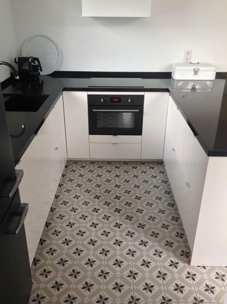 Keuken Ikea Metod Veddinge wit, Smeg Black Velvet, Spaanse tegels, zwart-wit
