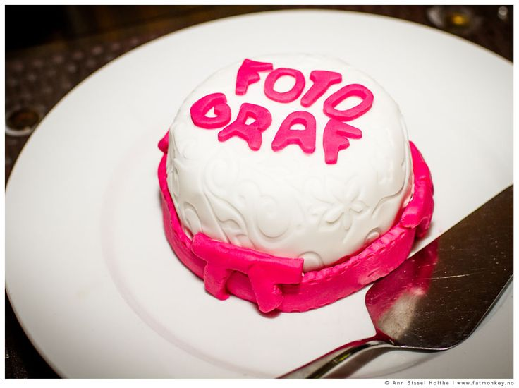 In this wedding, the bride had thought of me - the photographer - that has gluten intolerance, and made a little sweet yummy cake just for me. So cool!!!  www.fatmonkey.no