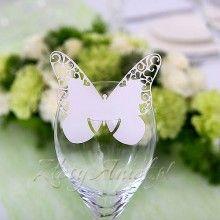 Przeurocze winietki w kształcie motylka wycinane w ażurowy wzór. Oryginalnym pomysłem jest umieszczenie ich na kieliszku.