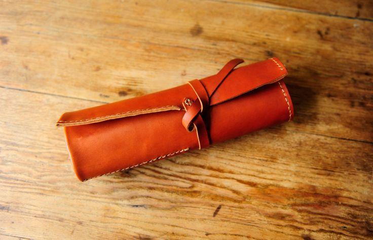 Il s'agit d'un rouleau de l'artiste beau cuir italien souple, ce qui est très utile pour tous vos nombreux crayons, pinceaux et outils. C'est à la main brunie pour protéger les bords du cuir et une couche de cire d'abeille est appliquée à la surface pour aider à garder protégé. C'est cousu avec du fil de tiger Ritza fort à la main. Le cuir a des marques naturelles et les cicatrices, ce qui lui donne une belle patine. S'il y a des réparations à l'avenir faites le moi savoir et je vais…