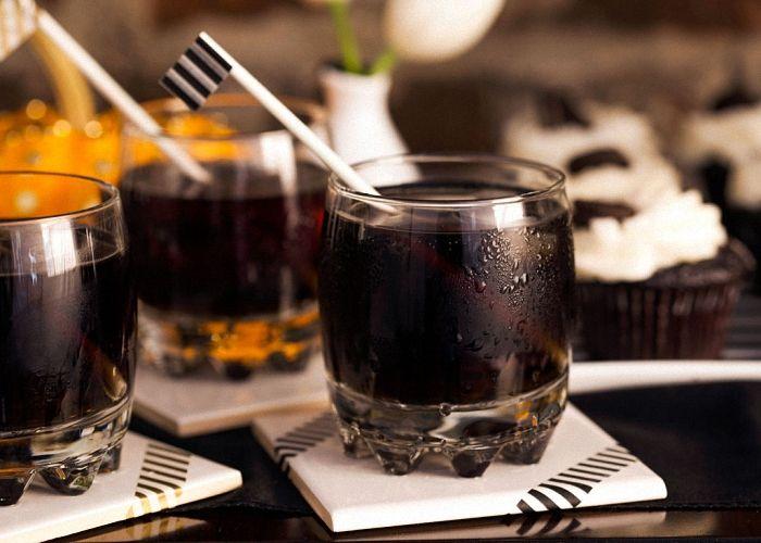 Приготовление черной водки  По классическому рецепту черной водки требуется знаменитый краситель от акации катеху. Но так как найти его в наших условиях непросто, можно будет использовать более доступные и привычные нам ингредиенты:    Спирт — 250 мл Вода — 250 мл Растворимый кофе — 1 ч, л Ванильный сахар — 1 пакетик Корица — 1/2 ч. л Сахар — 3 ст, л