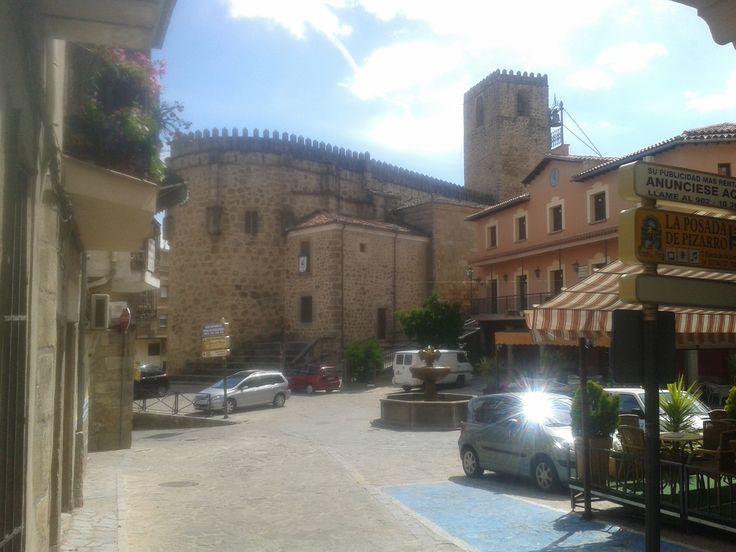 La Iglesia de Nuestra Señora de la Torre y la Plaza Mayor de Jarandilla. Un lugar perfecto para tomarse unas cañitas y unas raciones.