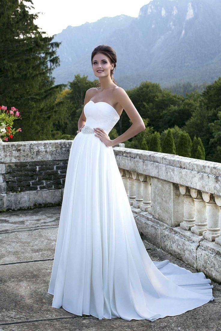 Krásne jednoduché svadobné šaty bez ramienok s jemnou padavou sukňou s vlečkou zdobené opaskom