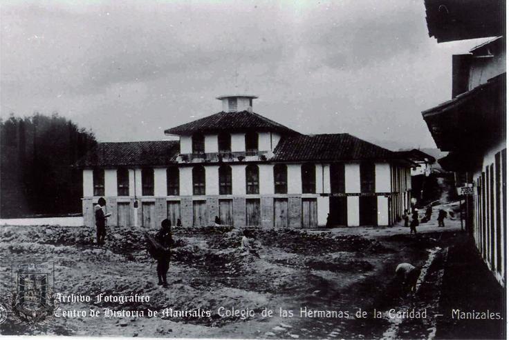 Colegio de La Presentación, ubicado en la Plaza Santa Ana, hoy en día, Plaza Alfonso López. 1903.