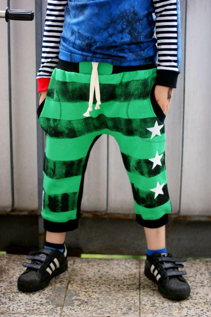 RARA - 3/4 teplákové kalhoty s pruhy RARA originál ! Kalhoty jsou šité z teplákoviny, ale jistě udělají parádu i na normální nošení. Jsou šité v raubířském RARA stylu - 3/4 délka, mírně spadený sed. Pruhy jsou ručně nanášeny, doplněny sítotiskovými motivy hvězdy a RARA logem (zezadu). Aktuálně ušitá velikost 128 - PRODÁNO Na fotografiích vidíte - chlapec 6let, ...