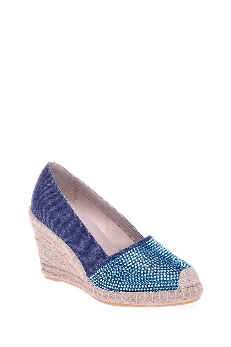 Комбинированные туфли на танкетке, декорированы стразами http://oneclub.ua/tufli-38414.html#product_option70