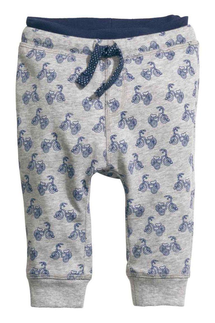 Pantalon jogger en coton: Pantalon jogger en jersey de coton souple. Modèle avec bord-côtes, élastique et lien de serrage à la taille. Finition bord-côtes en bas de jambe - 9,99€