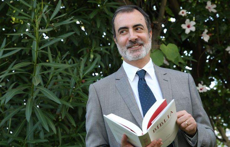 O primeiro dos seis volumes da Bíblia traduzida do grego por Frederico Lourenço chega às livrarias sexta-feira.
