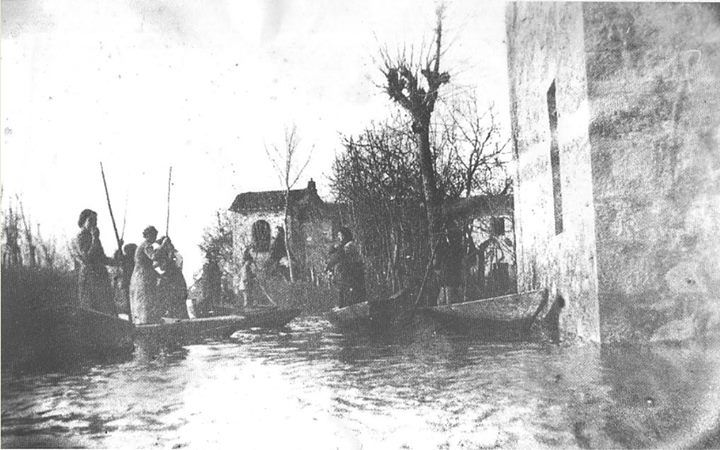 Alluvione del 1919. I contadini lasciano le case con i barchini.