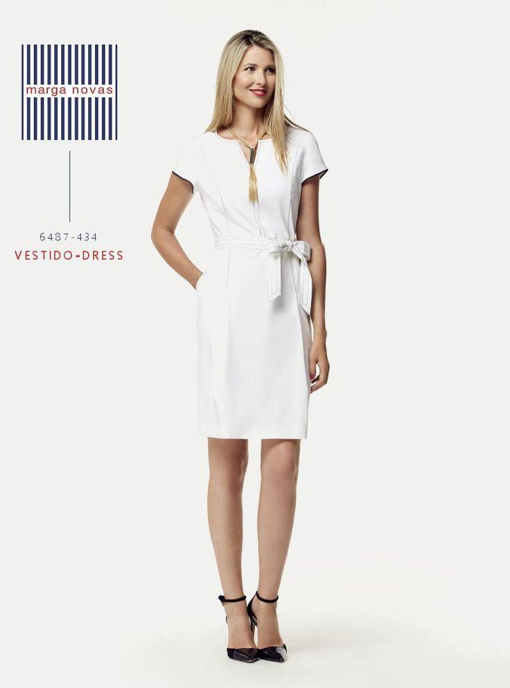 El blanco es el color por excelencia del verano y en #marganovas te proponemos este cómodo y elegante #vestido con pespuntes y ribete de mangas en azul marino. 💄