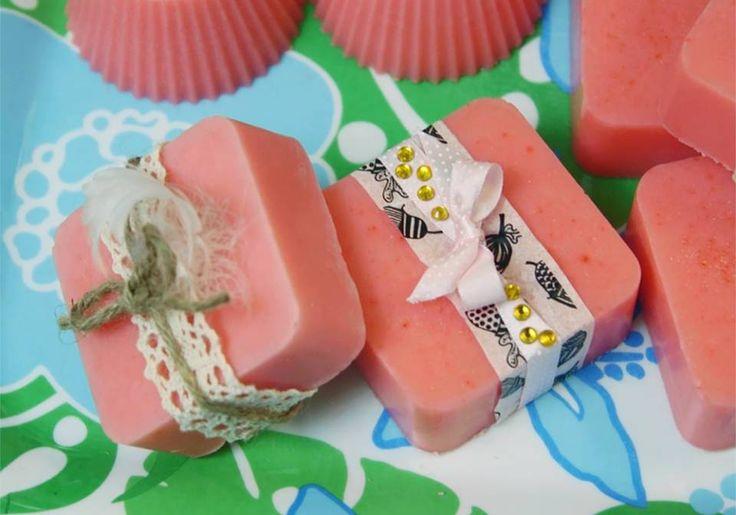 Itse tehty saippua on kaunis ja käytännöllinen lahja. Saippuan voi värjätä, hajustaa ja koristella oman maun mukaan. Valmis massa saa jähmettyä huoneenlämmössä noin vuorokauden ajan. Katso Unelmien Talo&Kodin ohje.