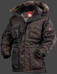 Modell/Farbe/Material: Siberia - Coffee - 66, Funktionen/Eigenschaft: wasserdicht, winddicht, atmungsaktiv, Nähte verschweißt. Innen schützt ein bis übers Gesäß reichender Windschutz vor Wind und Wetter. Die große Kapuze ist weitenverstellbar und abnehmbar, ihr Fellrand ebenfalls. Mit ihren zwölf Taschen ist die Siberia ein wahres Platzwunder. Eine sehr aufwendig verarbeitete und komfortable Winterjacke.