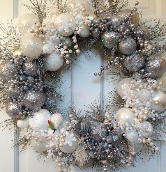 Silver and White Heirloom Christmas Wreath di CelebrateAndDecorate