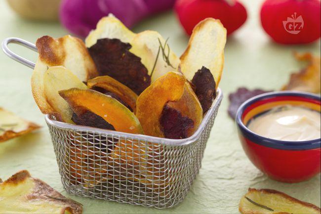Le chips di verdure sono croccanti verdure cotte al forno da sgranocchiare come snack sfizioso.