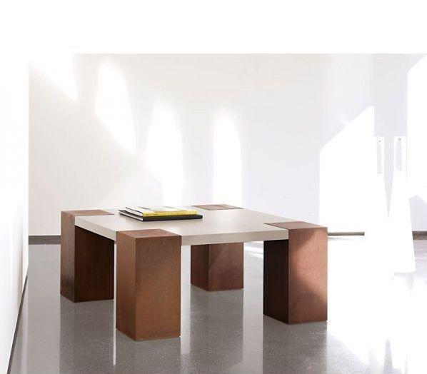 Mesa de centro 100 x 100 cm. combinada con acero corten y tapa de madera lacada. Patas de 20 cm.