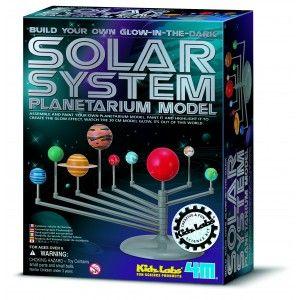 """ΚΑΤΑΣΚΕΥΗ """"ΗΛΙΑΚΟ ΣΥΣΤΗΜΑ -ΠΛΑΝΗΤΑΡΙΟ"""" Συναρμολογείστε τους πλανήτες του ηλιακού μας συστήματος, τοποθετήστε τους στην ειδική βάση αναπαράστασης και ζωγραφίστε τους με τα φωσφορούχα χρώματα για να λάμπουν στο σκοτάδι. Το ταξίδι μάθησης και δημιουργικής απασχόλησης συνεχίζεται καθώς τώρα μπορείτε να τους περιστρέψτε γύρω από τον ήλιο αναπαριστώντας την κίνησή τους. Πληροφορίες για όλους τους πλανήτες όπως και για την κατασκευή θα βρείτε στη συσκευασία."""