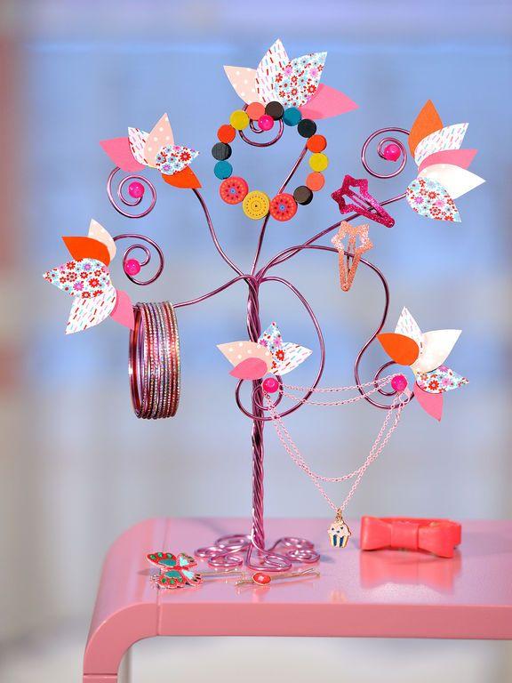 Pour occuper les enfants, on confectionne un arbre à bijoux avec du fil aluminium. Idéal pour décorer une chambre de petites filles!