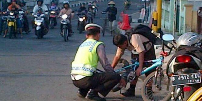 Polisi Bantu Anak Sekolah Menuai Pujian Dari Netizen