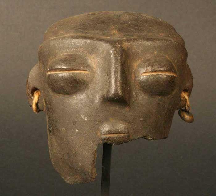 Cabeza antropomorfa – Chile Precolombino   Material(es): Cerámica Período: Agroalfarero Temprano. Complejo Llolleo II 100 a.C.- 900 d.C. Medidas: 68 mm de alto Cultura: Llolleo