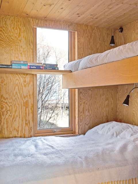 GODT UTNYTTET: Her er plassen godt utnyttet med en køyeseng på tvers og hylle langs veggen.