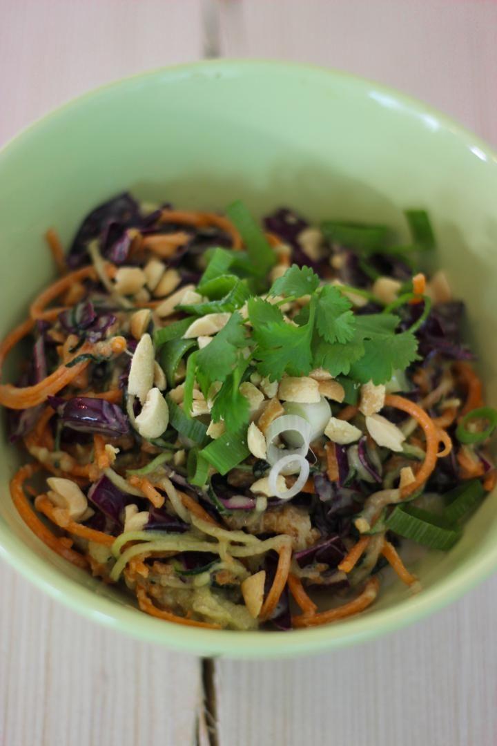 Bereiden:Gebruik een spiraalsnijder om dunne sliertjes te maken van de courgettes en de wortelen. Snijd de rode kool in dunne reepjes. Meng de groentjes in een grote kom onder elkaar. Meng alle ingredi