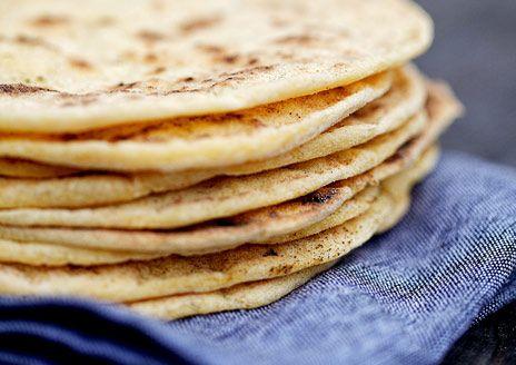 Glutenfria tortillabröd eller tortillas som du bakar på rismjöl, fiberhusk och majsmjöl. Gott använda till glutenfria tacos eller wraps. Recept ur boken Nytt bröd - baka gott utan gluten.