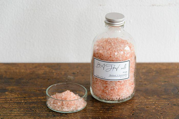 「BATH salt ピンク」  キラキラとした粒がきれいな、岩塩のバスソルト。塩には保温効果・発汗作用があるので冷えが気になる方にもおすすめ。ホーリーフのスッキリとした香りにラベンダーの優しい香りをプラス。お風呂で1日の疲れをじっくりときほぐしたいですね。