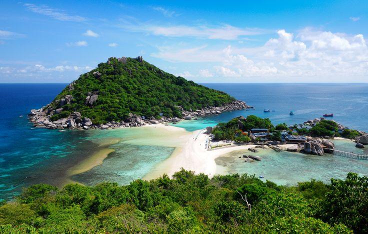 Koh Nang Yuan Island ligger ikke så langt fra Koh Tao i Thailand, og her bliver småøerne holdt sammen af en tange kridhvid sandstrand.