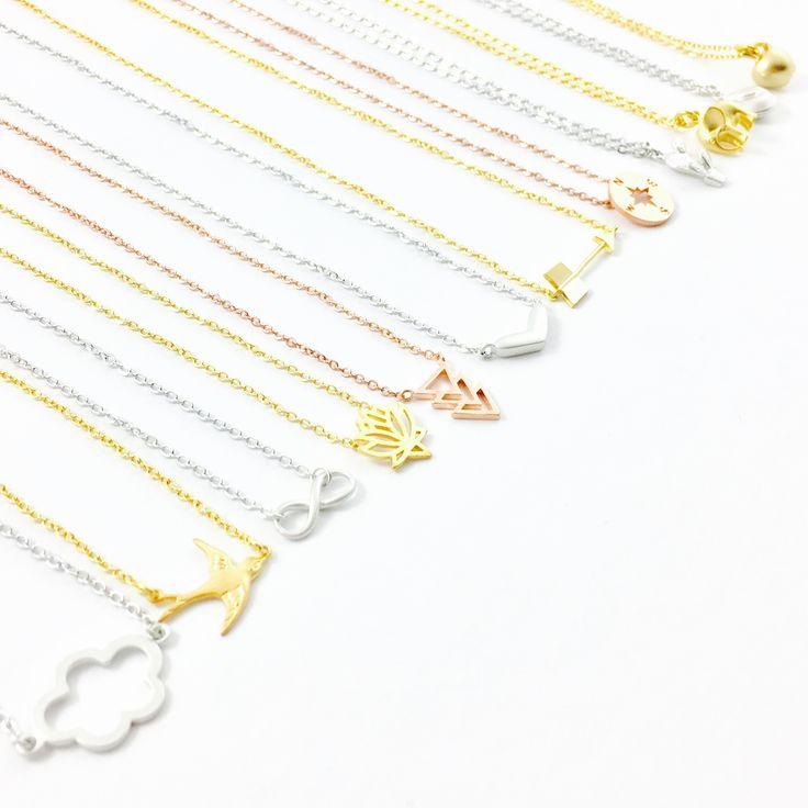 Subtiele kettinkjes met symbolen in zilver, goud en rosegoud. / Dainty necklaces silver gold and rosegold plated #wolk #vogel #bird #infinity #lotus #arrow #pijl #kompas #compass #cactus #elephant #necklace #ketting #kettinkje #apple #fortune cookie