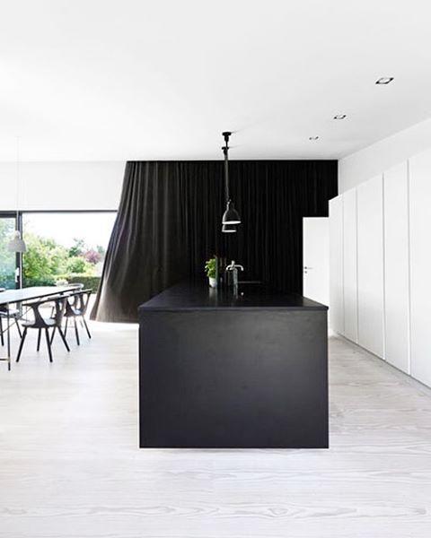 De keuken van een zelfgebouwd droomhuis is ingericht als de suite van een luxehotel.