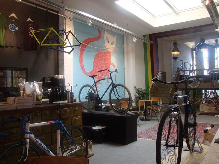 Lola Bikes and Coffee. Fixie shop, coffeeshop, bike-shop, cyclingbook shop.