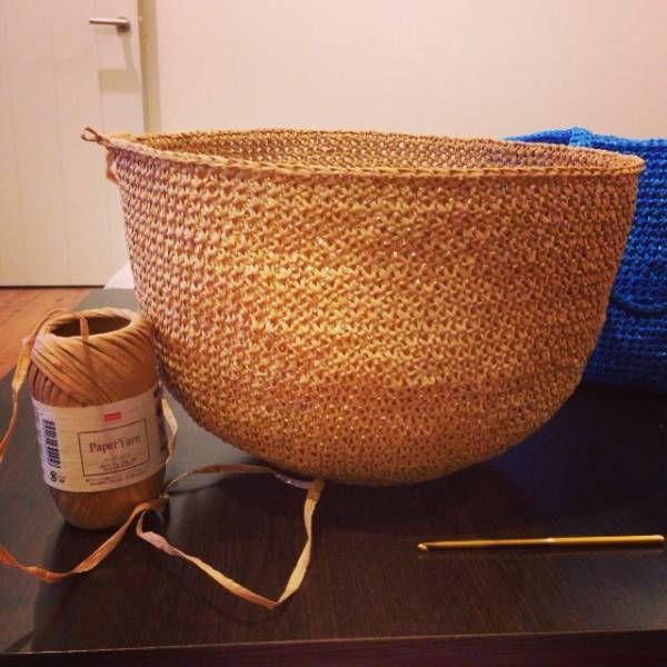 ダイソーさんでまたペーパーヤーンを爆買いしてきました。 これでまたバッグを編んでみました。 前に作ったペーパーヤーンと手拭いの巾着で書いたとおり、滑りが悪くて思うように目が揃わなくて奮闘しました。 今回は1本どり、かぎ針は7号使用しています。 そして立ち上がりがない...