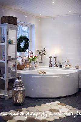 Matta Kingstone house. White Christmas bathroom!