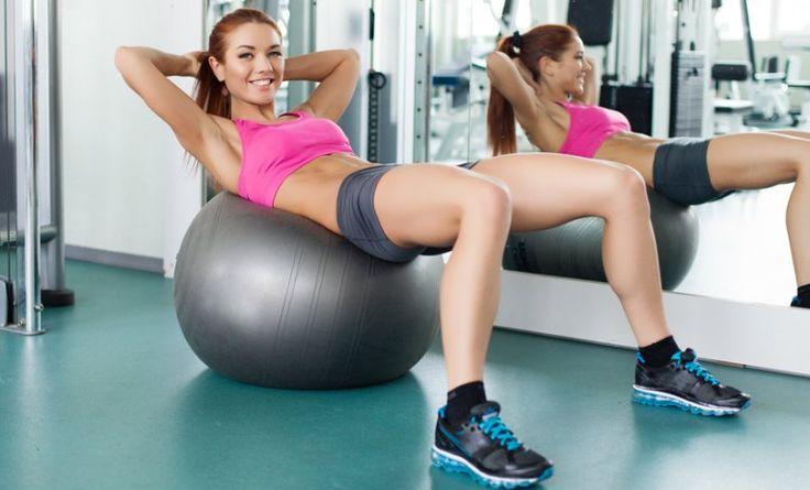 7 mageøvelser med fitnessball