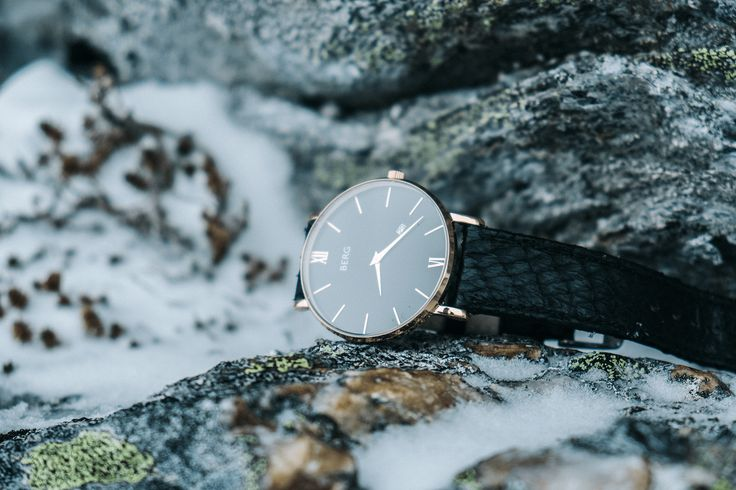 The contrast between the minimalist design of the watch together with the salmon leather strap gives it a sophisticated look