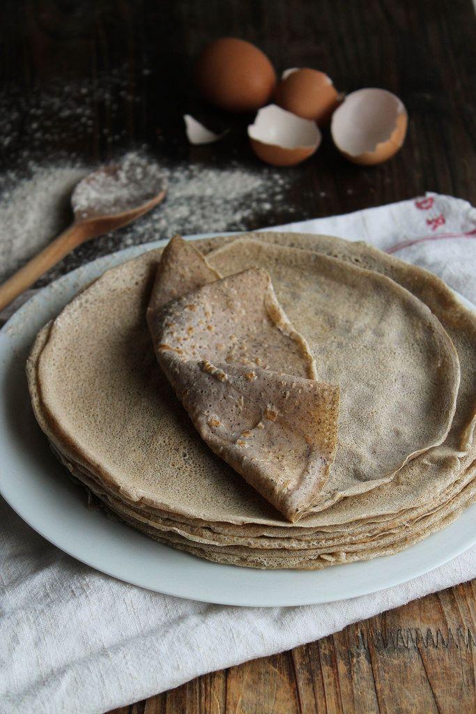 Recette de Galette bretonne - Ingrédients : 400 g de farine de blé noir, 2 œufs, 85 cl d'eau, 1 bonne pincée de sel