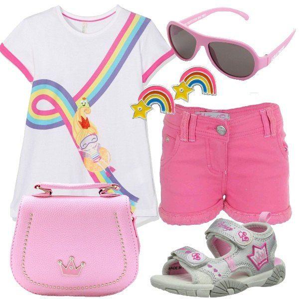 La T-shirt in cotone con stampa arcobaleno è abbinata ai pantaloncini con le tasche e ai sandali Primigi con chiusura a strappo. La borsetta ha la tracolla. Per finire, orecchini in argento smaltato e occhiali da sole da diva.