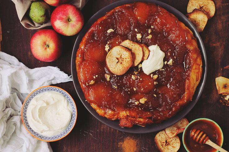 Tarta aceasta este printre cele mai simple deserturi şi îmi place să o pregătesc toamna şi iarnă pentru că se potriveşte perfect cu aceste anotimpuri. Toamna găsim în pieţe cele mai bune şi gustoase mere, aşa că e momentul perfect pentru a coace o tartă. Această tarta este genul acela de prăjitură pe care să o mănânci cu prietenii sau familia, după o cină copioasă.