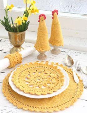 Bliv klar til påskefrokosten med hæklede dækkeservietter, æggevarmere og servietring i smuk gul farve