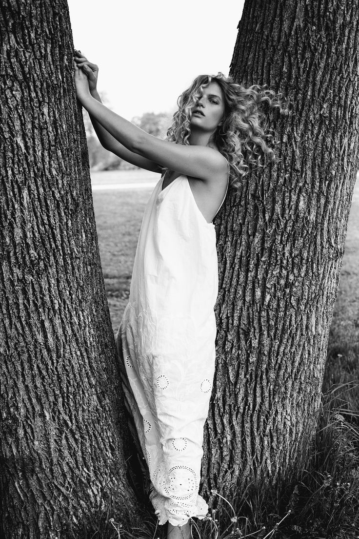 Photoshoot editorial with woman top model. Monochrome portrait of blonde woman posing on tree. Black and white photography women model curly hair. Model agency posing. Flawless mannequin top model.  Professional photographer specializing fashion and portrait.  model posing, editorial photography blond model posing field, women natural beauty, beauty photography, Photographe Dariane Sanche #Blackandwhite #Fashion #editorial #modelposing #blackandwhite #photography #dssanchez #beauty
