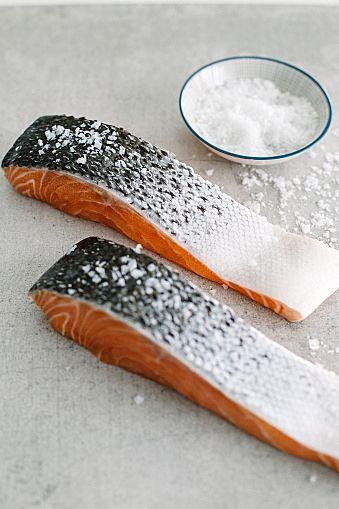 家事テク》塩鮭の塩抜きの仕方を伝授!旨味を逃がさないコツ大公開 ... 塩鮭の塩抜きの方法って?