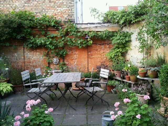 Italiensk inspireret gårdhave... SÅ hyggeligt....! :-)