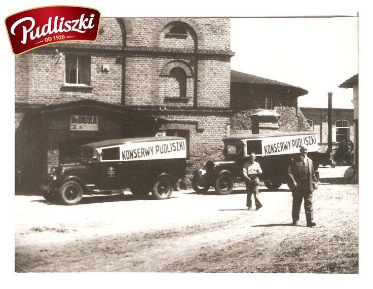 1928r. - Samochody z reklamą przed biurem majątku Pudliszki. #pudliszki #historia
